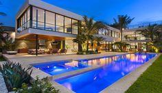Luis Bosch Designs And Builds A New Modern Miami Beach Home Home Beach, Miami Beach House, Modern Miami, Moderne Pools, Modern Mansion, Modern Homes, Belle Villa, Florida Home, Florida Usa