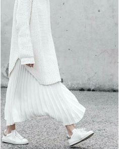 minimal chic White total look. Sneakers, pleated skirt and long white sweater. Look Fashion, Hijab Fashion, Fashion Outfits, Womens Fashion, Fashion Design, Fashion Trends, Sneakers Fashion, Dress Fashion, Trendy Fashion