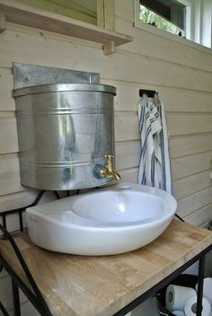 vanhan mökin sisustus - Google-haku Outside Toilet, Outdoor Toilet, Cottage Plan, Lake Cottage, Small Space Living, Tiny Living, Outhouse Bathroom, Shed Office, Cabin Bathrooms