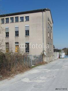 Altes Fabrikgebäude vor blauem Himmel im Industriegebiet in Bielefeld-Schildesche in OWL