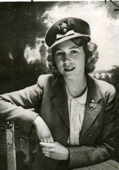 Elizabeth II of England (1926- )  http://img.izismile.com/img/img4/20110517/640/the_life_of_queen_elizabeth_ii_in_photos_640_03.jpg  the_life_of_queen_elizabeth_ii_in_photos_640_03.jpg (419×600)