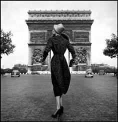 © Dennis Stock. France 1952 The swedish model Lisa Fonssagrives posing for Schiaparelli