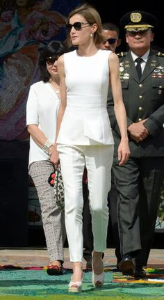 Queen Letizia Is on Her Own Super-Chic Royal Tour White Outfits, Casual Outfits, Fashion Outfits, Womens Fashion, Black Sparkly Dress, Style Royal, Look Office, Estilo Real, Queen Letizia