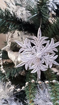 Paper Quilling Snowflake in Silver Christmas Tree Paper Quilling Snowflake in Silver Christmas Tree Learn how to make your own paper quilling snowflakes to decorate your Christmas Tree quilling christmas trees Christmas Crafts For Adults, Quilling Christmas, Silver Christmas Tree, Christmas Ornament Crafts, Christmas Paper, Origami Christmas, Christmas Trees, Paper Quilling Tutorial, Paper Quilling Patterns