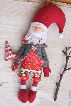 Предлагаю вам сшить вот такого Новогоднего Деда. Не планировала делать подробный мастер-класс, просто запечатлела процесс. И небольшое описание прилагается. Приступим. 1. Набросок и выкройка. 2. Материалы: * хлопок для одежки; * трикотаж (либо хлопок) для лица; * трикотаж (лучше флис) для ног, рук и шапки; * ткань и палочка бамбуковая для елки; * пол%