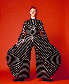 Glam Rock através de David Bowie , caracterizado por códigos de aparência muito interessantes, continua com os brilhos do disco, glamour, agora há mais confusão , uma contaminação de género. Gosto por encarnar personagens, alter-egos e maquilhagem exagerada.