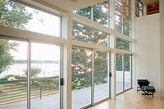 Full exterior sliding glass door for modern riverside house design with high ceiling and balcony with stainless steel railings plus hardwood floor tiles Exterior Sliding Glass Doors, Aluminium Windows And Doors, Sliding Windows, Riverside House, Aluminum Patio, Window Styles, Layout, Design Case, Modern Exterior