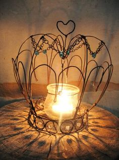 debeauxsouvenirs.... crown - this blog has really cute wire art work