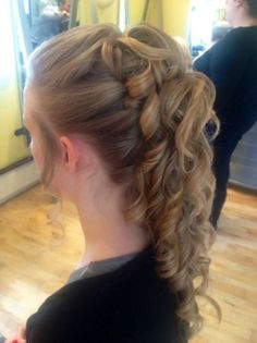 this is perfect! w - clip hairstyles Banana Clip Hairstyles, Curled Hairstyles, Prom Hairstyles, Hairdos, Banana Hair Clips, Banana For Hair, Curly Wedding Hair, Simple Wedding Hairstyles, Hair