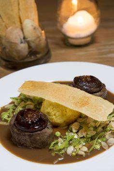 Tournedos de filé mignon, chapéu de shiitake, molho de café, ervilhas tortascom amêndoas e petit gateau de mandiocacom queijo brie