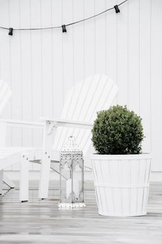 White on white on white. Bright and casual, all at the same time. We love this exterior combination.