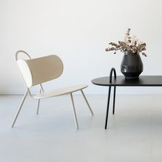 Swim est une nouvelle collection imaginée par la designer marseillaise Margaux Keller. Métalliques, elles sont inspirées de l'esthétique des échelles de piscine. Leurs anses caractéristiques facilitent également leurs déplacements dans l'espace....