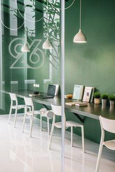 Green 26, unas oficinas situadas en Bangkok que han convertido el verde en el protagonista del espacio, surgiendo así un contraste extraordinario con la hilera de sillas blancas y las lámparas que se descuelgan del techo.