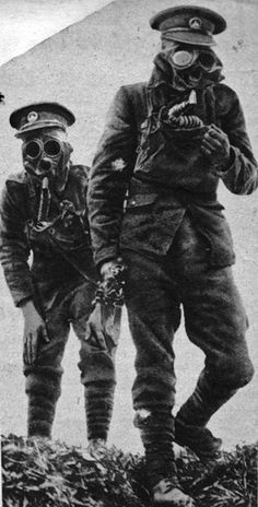 World War 1 British soldiers wearing gas masks Wilhelm Ii, Kaiser Wilhelm, World War One, First World, Dieselpunk, Military History, Historical Photos, Wwii, Vintage Photos