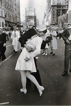 """V-J Day in Times Square, New York (1945)"" by Alfred Eisenstaedt - Buscar con Google"