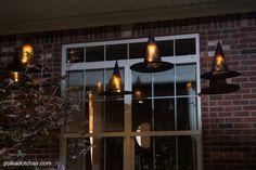 Idéia de decoração inteligente para uma varanda para o Dia das Bruxas, chapéu luminares da bruxa flutuante, eles até mesmo acender à noite!