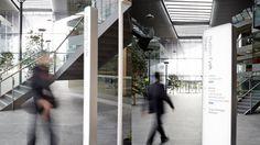 Projeto de sinalização desenvolvido pelo escritório de design Frost, para a sede da Qantas linhas aéreas, na Austrália. Com elementos em escala maior e o uso de retroiluminação, utilizado também em aeroportos, o sistema de sinalização aproveitou ao máximo o aspecto visual de materiais como o alumínio e o acrílico leitoso, para identificar os diferentes blocos dos prédio e orientar o público por seus espaços.