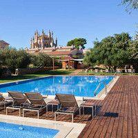 Im Fünf-Sterne Hotel Hilton Sa Torre bei Llucmajor auf Mallorca wird der Traum eines Luxusurlaubes wahr. Die Füße hochlegen, die Umgebung in vollen Zügen genießen und sich dabei rundum verwöhnen lassen - das grandiose Hotelresort im Süden Mallorcas bietet alles, was das Herz begehrt: traumhafte Zimmer in einem herrschaftlichen Gebäude, eine wunderschöne Garten- und Pool-Landschaft, ein Wellness- und Fitness-Center und noch vieles mehr.