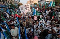 Miles de paquistaníes protestan contra los ataques con drones estadounidenses cortando una carretera utilizada por la OTAN para llevar suministros a Afganistán. El partido Tehrik-e-Insaf acusa al Gobierno de limitarse a condenas formales