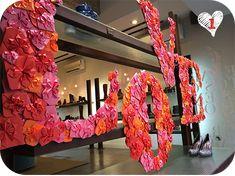 El diseño ha llegado a todos los ámbitos. La temática de San Valentín inunda cada escaparate de nuestras ciudades. Diferentes estilos y ten...