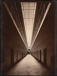 Inv. Nr. F 8126 / N.N. / Hugo Schmölz /  / Strafanstalt, Brandenburg-Görden / Zellenflur, Innenansicht / Foto: Foto auf Karton / 81,9 x 61,6 cm