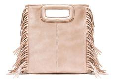 Le 3 mars prochain sera lancé le nouveau sac Maje : le M, un nouveau modèle à franges dont les coutures sont apparentes. Nous, on dit oui.