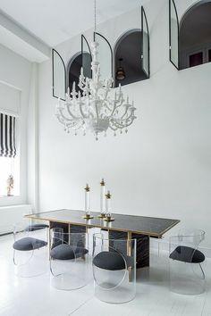 salle manger éclectique: lustre baroque et chaises modernes