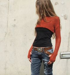 Street style denim, crop top burned orange sweater and black cami . a little longer would be better. - Total Street Style Looks And Fashion Outfit Ideas Look Fashion, Autumn Fashion, Womens Fashion, Street Fashion, Gypsy Fashion, Fashion Black, Street Chic, Diy Fashion, Fashion Clothes