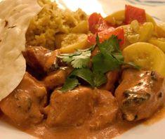 El pollo tikka es un platillo de la cocina india tan popular como sabroso, y elaborado en varios países del sureste asiático. La carne de pollo deshuesada se marina en especias y yogur, y se condimenta abundantemente, como lo acostumbran los cocineros hindúes. En este caso, pollo tikka masala se refiere a este mismo plato servido con salsa masala, que se prepara con el caldo de la carne, tomate, puré de patatas, nata, leche de coco y otros ingredientes, aunque no todos son obligatorios…
