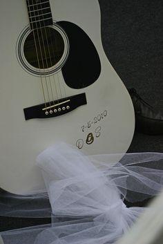 Deze gitaar gaf mijn dochter aan haar man na de huwelijks plechtigheid.     Hier vind je de beste tips[ hoe je een vrouw versierd  een duurzame relatie start om vrouwen te versieren voor een lange relatie] paypro.nl/producten/Vandaag_Vrouwen_Versieren/3658/19509