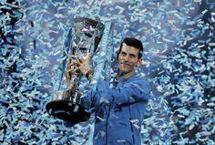 22.11 Le Serbe Novak Djokovic soulève le trophée du Masters, à Londres, après avoir battu le Bâlois Roger Federer en deux sets.Photo: Suzanne Plunkett
