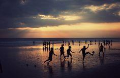 Fútbol al atardecer en la playa