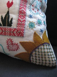 What an amazing blend of folklore textile craft techniques. Scandinavian Embroidery, Swedish Embroidery, Hand Work Embroidery, Wool Embroidery, Wool Applique, Cross Stitch Embroidery, Embroidery Patterns, Carl Larsson, Contemporary Embroidery