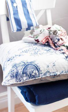 IKEA Österreich, Inspiration, Textilien, EMMIE LAND Kissenbezug weiß/blau mit verschiedenen Stoffresten darauf
