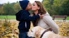 Die Schauspielerin mit ihrem Sohn T.J. und ihrem Labrador