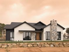 Stone Cladding Exterior, Stone Exterior Houses, Black House Exterior, Bungalow Exterior, Stucco Homes, Exterior House Colors, Brick Ranch Houses, White Brick Houses, Metal Roof Houses