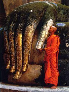 Se remettre entre les mains de Bouddha.      / Bonzo y Buda, Thailandia.
