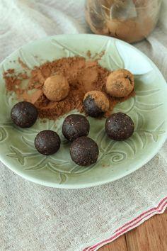 Bolinhas de tâmara, amêndoa e raspas de laranja, cheias de energia para um lanchinho no meio da tarde. Substituem uma barrinha de cereal com mais sabor!