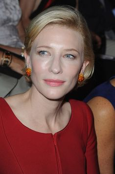 Cate Blanchett Photos - Cate Blanchett wearing a striking structured red dress at the Giorgio Armani Prive Haute Couture Fall/Winter 2011/2012 Fashion show during Paris Fashion Week at Palais de Chaillot. - Arrivals at the Giorgio Armani Prive Haute Couture Fall/Winter 2011/2012 Show