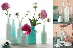 centros de mesa con material reciclable - Buscar con Google Empty Wine Bottles, Recycled Bottles, Bottles And Jars, Glass Bottles, Mason Jars, Painted Bottles, Painted Vases, Reuse Bottles, Bottle Vase