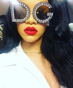 RIHANNA looking stunning in Dolce & Gabbana 'selfie'.11-10-17 IG