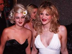 Courtney Love and a young Drew Barrymore hooked up for a photo op at the 1995 VMAs. Both women wore dark red lipstick, but Drew accented her hair with a few daisies, bringing a new meaning to flower child. Courtney Love, Makeup Trends, Beauty Trends, Makeup Inspo, Frances Bean Cobain, Ll Cool J, Cindy Crawford, Celebrity Look, Celebrity Dresses