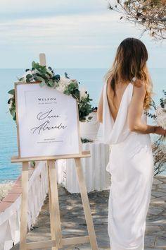 """Niets beter dan gepersonaliseerde borden om je gasten te verwelkomen zoals het hoort! Personaliseer het bord naar wens: """"Welkom"""", """"Welcome"""", """"Bienvenu"""", """"Welkom op de bruiloft van ..."""". Laat je fantasie de vrije loop en schrijf een persoonlijke boodschap op dit mooie bord! Beach Wedding Inspiration, Wedding Welcome Signs, Color Themes, Formal Dresses, Wedding Dresses, Wedding Designs, Marie, Wedding Decorations, Bouquet"""