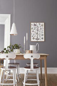 Grau ist eine Wandfarbe, die neutral ist und zu jeder Einrichtung passt. In Verbindung mit Weiß wirkt das Farbkonzept cool und modern. Verträumte Details wie ein Blumenmotiv am Wandbild und Kupfer-Accessoires sorgen für eine liebliche Note.