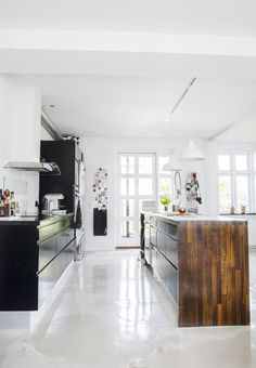 Spice up your kitchen with a new cool floor, like this one - here the choice fell on liquid pulp instead of polished concrete or epoxy because it is not nearly as expensive or heavy. Best Garage Floor Coating, Garage Floor Coatings, Kitchen Tiles, Kitchen Flooring, Utensil Storage, Bright Kitchens, A Frame House, Epoxy Floor, Polished Concrete
