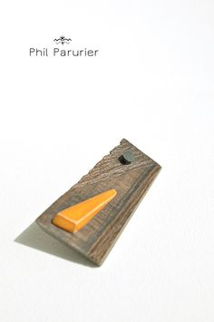 """BRUT"" : broche en bois : ziricote, érable teinte orange, clou acier phil parurier wooden jewellery, wooden brooch : ziricote, maple, steel nail jewelry designer, handmade,  contemporary jewelery"
