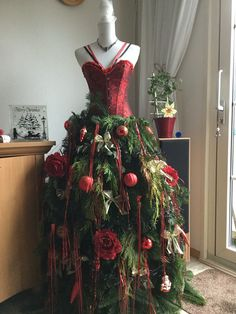 Kerst-paspop, hij is af! Mannequin Christmas Tree, Dress Form Christmas Tree, Christmas Tree Trimming, Cool Christmas Trees, Christmas Tree Themes, Felt Christmas, All Things Christmas, Christmas Ideas, Seasonal Decor
