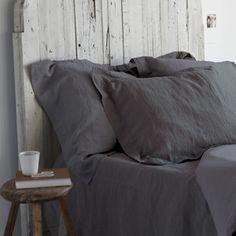 Parure housse de couette 240x220 et 2 taies d'oreiller 65x65 cm uni blanc pur ou anthracite. 1 face extérieure lin lavé et 1 face intérieure coton pour la douceur. Finition avec rabat.