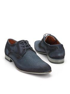 Bugatti veterschoen  Description: Donkerblauwe geklede veterschoenen van Bugatti. Het bovenwerk van deze schoenen is gemaakt van leer en de schoenen hebben een kunststof zool.  Price: 55.99  Meer informatie