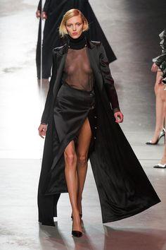 Fashion Week de Paris: Anthony Vaccarello en rouge et noir, Anja Rubik seins nus Fashion Oops, Fashion Week, High Fashion, Fashion Show, Womens Fashion, Fashion Design, Catwalk Models, Catwalk Fashion, Fashion Models